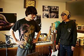 撮影現場での染谷将太(左)と廣木隆一監督(右)「さよなら歌舞伎町」