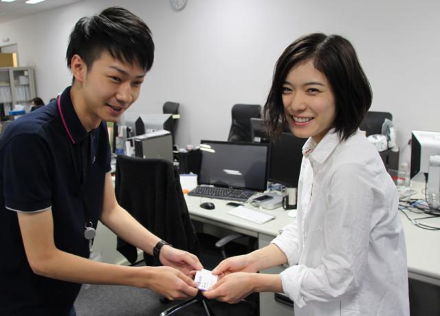 松岡茉優、愛読する映画.com編集部を電撃訪問 新人記者を激励