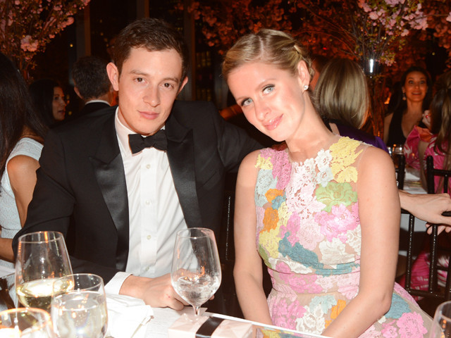 ニッキー・ヒルトンが、英銀行家と婚約