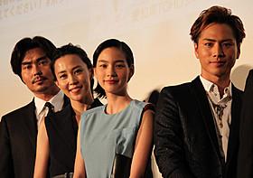 舞台挨拶に立った(左から)小澤征悦、 木村佳乃、能年玲奈、登坂広臣「ホットロード」