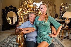 主人公となるデビッド(左)とジャッキー「クィーン・オブ・ベルサイユ 大富豪の華麗なる転落」
