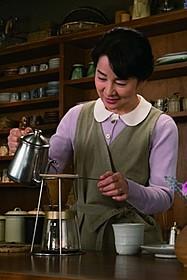コーヒーを淹れる吉永小百合「ふしぎな岬の物語」