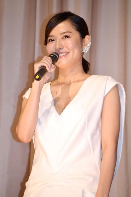 市川由衣「女優人生をかけた」主演作完成披露で感極まる