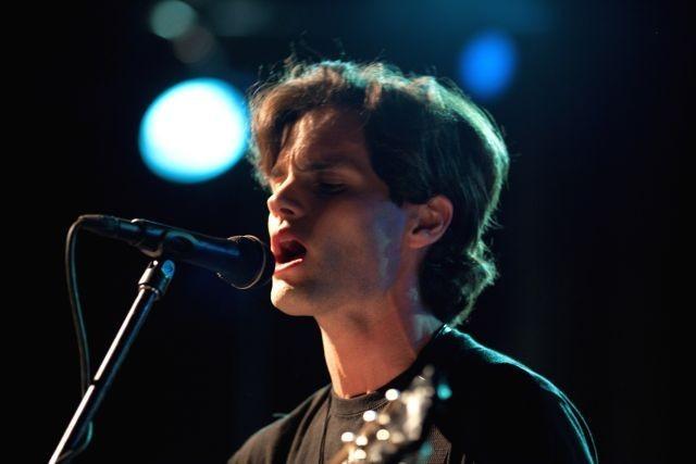 ペン・バッジリー、夭折の歌手ジェフ・バックリィ伝記映画予告で歌声披露