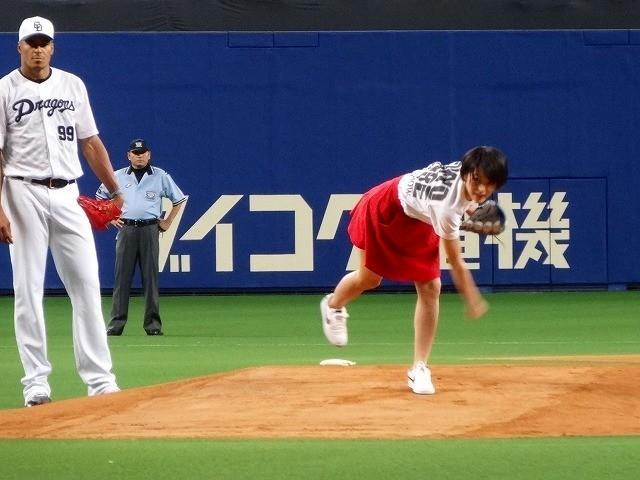 「TOKYO TRIBE」ヒロイン・清野菜名、ミニスカートで豪快始球式!
