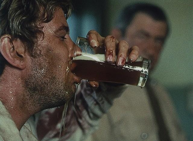 酒で破滅する男の闇映画「荒野の千鳥足」公開初日は劇場でビール飲み放題!
