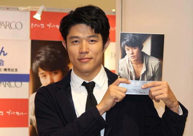 フォトブックの発売記念イベント に出席した俳優の鈴木亮平