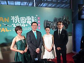 (左から)桃園映画祭大使の女優ホアン・ペイジア、桃園県知事、 上白音萌音、周防正行監督「舞妓はレディ」