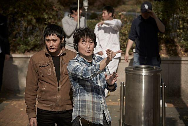 イ・ジョンボム監督&チャン・ドンゴン「泣く男」メイキングで撮影の裏側明かす