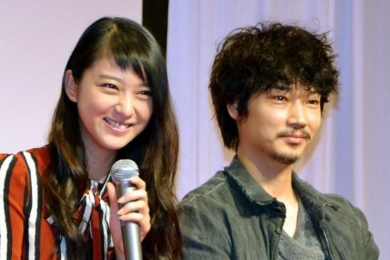 武井咲ブロマイドも… 綾野剛の屋台が破格理系ドラマ撮影の裏で人気