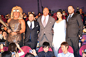 (左から)武藤敬司、ブレット・ラトナー監督、 D・ジョンソン、すみれ、ポー・フリン「ヘラクレス」