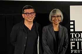 ルタイワン・ウォンシラサワット(左)と 飛び入り参加したコンデート・ジャトゥランラッサミー「タン・ウォン 願掛けのダンス」