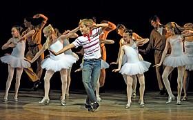 「ビリー・エリオット ミュージカルライブ リトル・ダンサー」の一場面「リトル・ダンサー」
