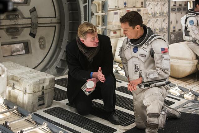 撮影中のクリストファー・ノーラン監督 (左)とマシュー・マコノヒー(右)