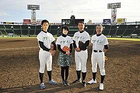 甲子園キャッチボールに参加した 工藤阿須加、波瑠、中井貴一、柳葉敏郎(左から)「アゲイン 28年目の甲子園」