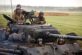 新兵ノーマン(ローガン・ラーマン)は 歴戦の戦車隊に配属されるが……「フューリー」