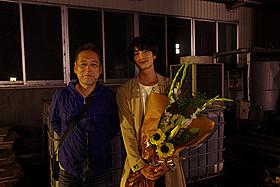 「ストレイヤーズ・クロニクル」クランクアップ時の 瀬々敬久監督(左)と岡田将生「ストレイヤーズ・クロニクル」