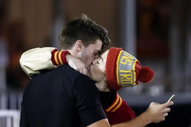 マイリー・サイラス&シュワ息子パトリック、連日デートに熱烈キス!