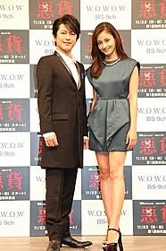 会見に出席した黒木メイサ(右)と及川光博