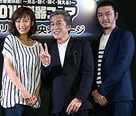 会見に臨んだ(左から)夏菜、寺島進、榊英雄監督「流し屋 鉄平」