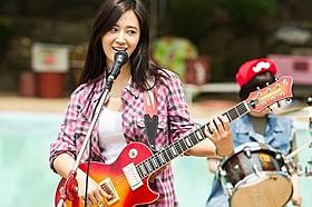 ソロ曲を披露するクォン・ユリ「君に泳げ!」