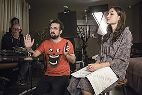 撮影中のナチョ・ビガロンド監督(中央)とサーシャ・グレイ(右)「ブラック・ハッカー」
