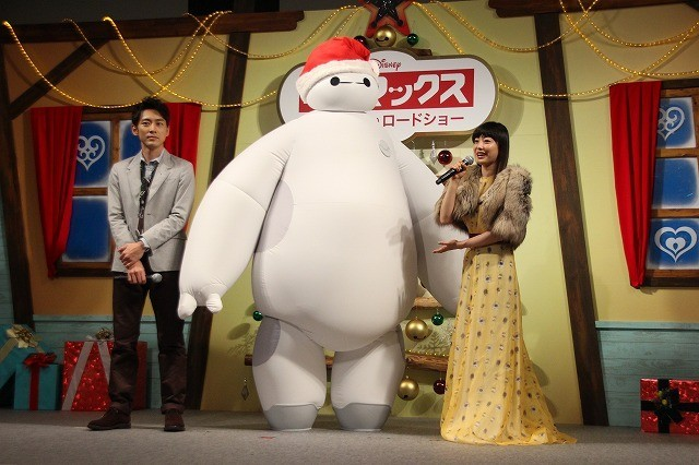 """菅野美穂、""""ふわぷに""""ベイマックスにメロメロ!「本当にかわいいなあ」とハグ"""