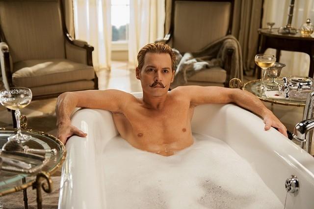 ジョニー・デップ、ちょびヒゲ姿で51歳の肉体美披露