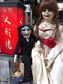 人形町でデートをするビリーとアナベル「死霊館」