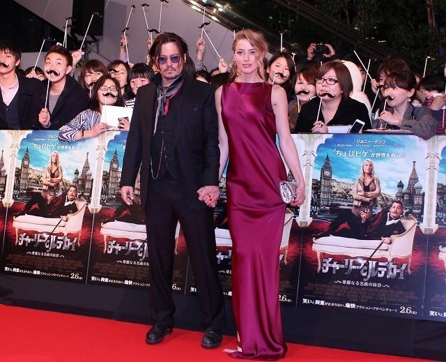 ジョニー・デップ、婚約者アンバー・ハードとレッドカーペットに登場! ファンサービスで復調アピール