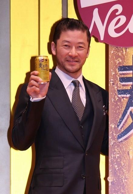 岡田准一、浅野忠信と新CMで軽快ステップ披露!