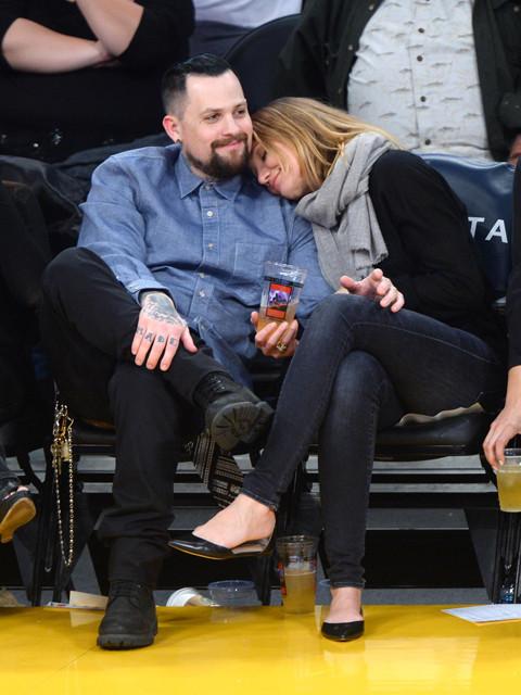 新婚キャメロン・ディアスとベンジー・マッデン、NBA観戦中にキス披露