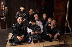 7人の息子たちに囲まれる田村ミツ役・鈴木京香「おかあさんの木」