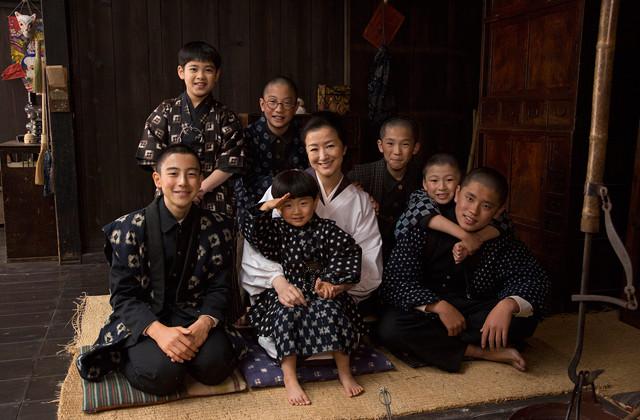 鈴木京香、もんぺ姿で7児の母を熱演!「おかあさんの木」映画化に主演