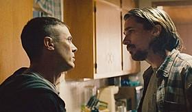 兄弟を演じるケイシー・アフレック(左)とクリスチャン・ベール(右)「ファーナス 訣別の朝」
