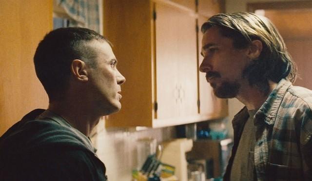 兄弟を演じるケイシー・アフレック(左)とクリスチャン・ベール(右)