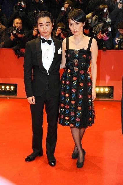 第65回ベルリン国際映画祭開幕!菊地凛子は夫・染谷将太とレッドカーペット