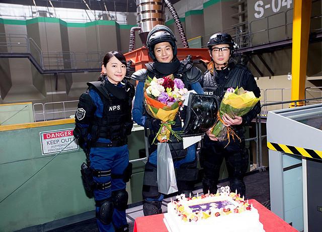 劇場版「S 最後の警官」撮影現場で向井理&綾野剛の誕生日を祝福