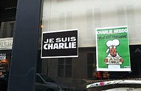 街の至るところに見られる 「Je suis Charlie」のスローガンとシャルリー・エブドの表紙「言論の自由」