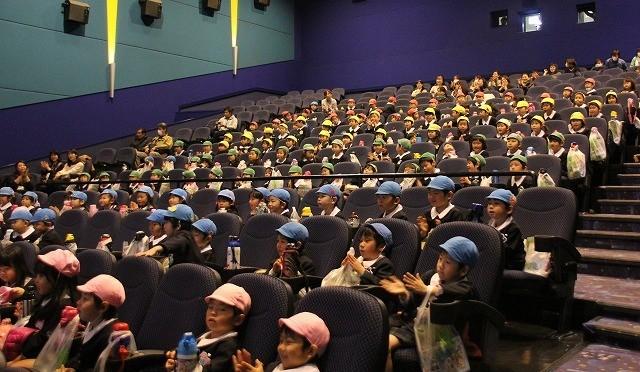 みんなで映画鑑賞に大喜びの園児たち