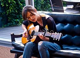 劇中でギターを弾き語るキーラ・ナイトレイ「はじまりのうた」