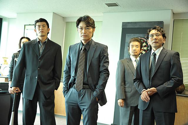 詐欺集団のクールなボスに扮した安田顕