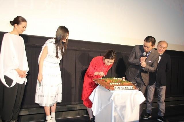 橋本愛、20歳を迎える松岡茉優をハグで祝福! - 画像4