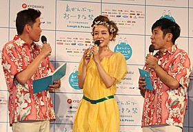 発表会に出席した大沢ケイミ(左)と「ガレッジセール」「Zアイランド」