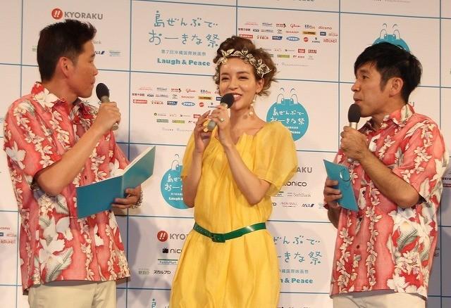 発表会に出席した大沢ケイミ(左)と「ガレッジセール」