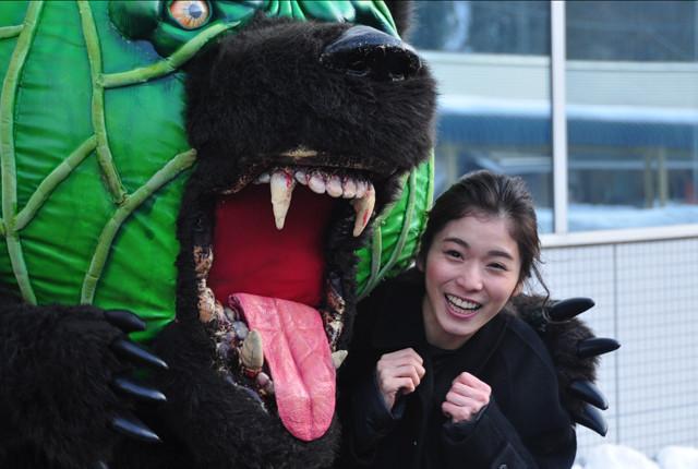 夕張到着の松岡茉優、メロン熊に「気持ち悪い(笑)」 市民は松田龍平に大歓声