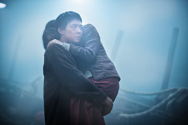 荒れ狂う海上でのJYJユチョンの勇姿を映した「海にかかる霧」予告編