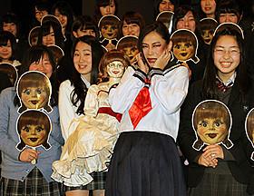 セーラー服姿で登場した椿鬼奴「アナベル 死霊館の人形」