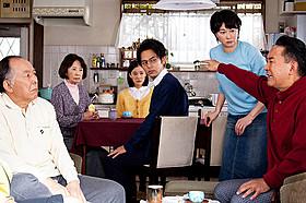 「家族はつらいよ」から初公開された 家族会議の場面写真「家族はつらいよ」