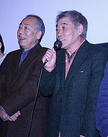 舞台挨拶に出席した岸部一徳(左)と柄本明「正しく生きる」